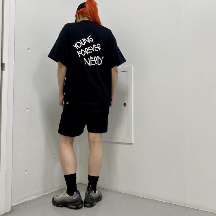 背中のロゴがポイントのTシャツ